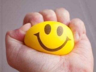 Smiley-Ball in einer Hand